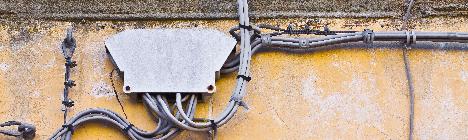La posa dei cavi elettrici sulla facciata del palazzo in mancanza di autorizzazione comporta l'obbligo di rimozione e di risarcimento del danno al proprietario